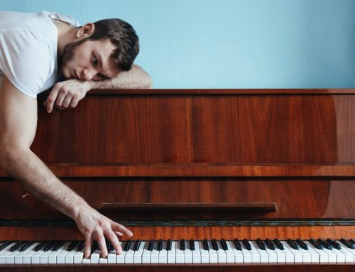 Should you take online piano lessons or hire a teacher?